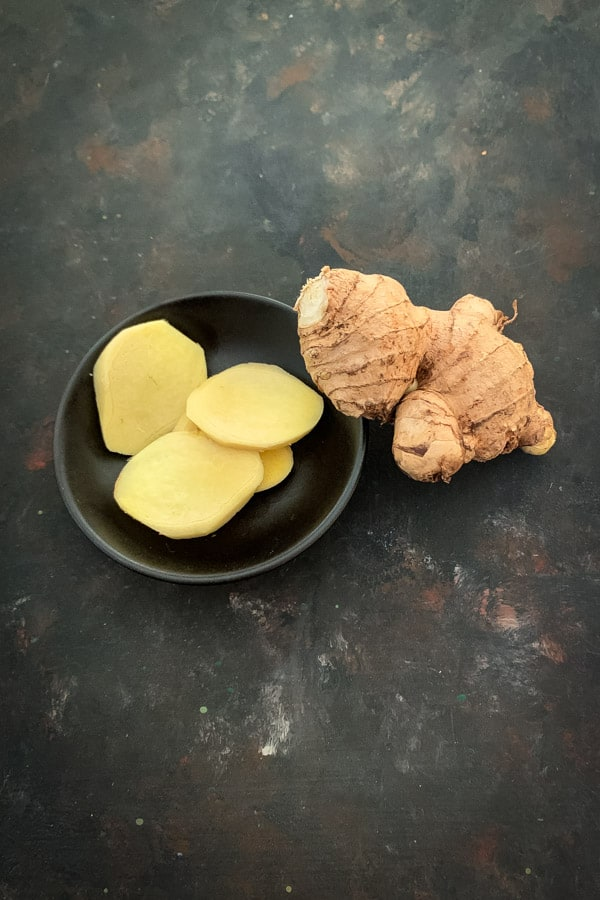 Whole ginger and sliced ginger